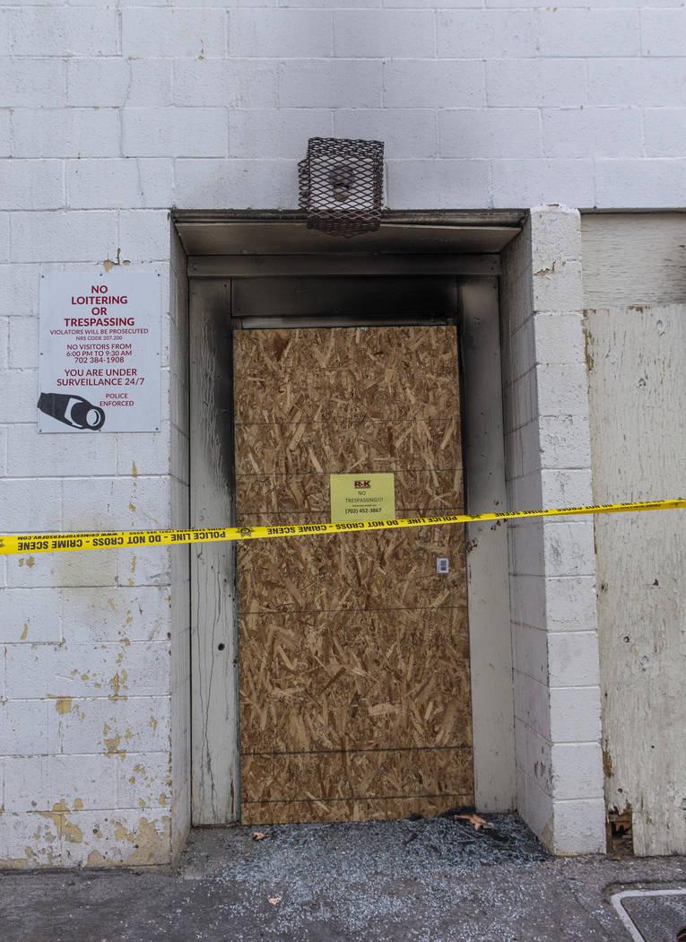 La puerta trasera de cristal rota de los apartamentos del Motel Alpine se muestra forrada con c ...