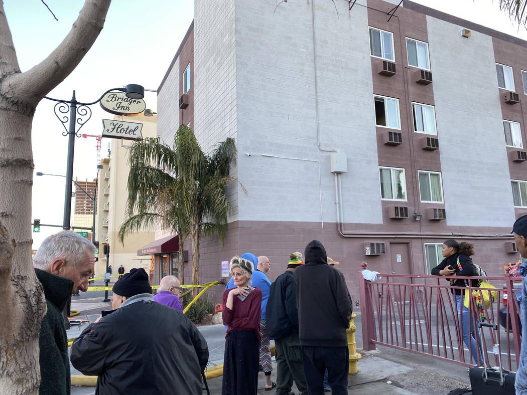 Personas evacuadas del Hotel Bridger Inn, ubicado en 301 N. Bridger St., observan a los bombero ...