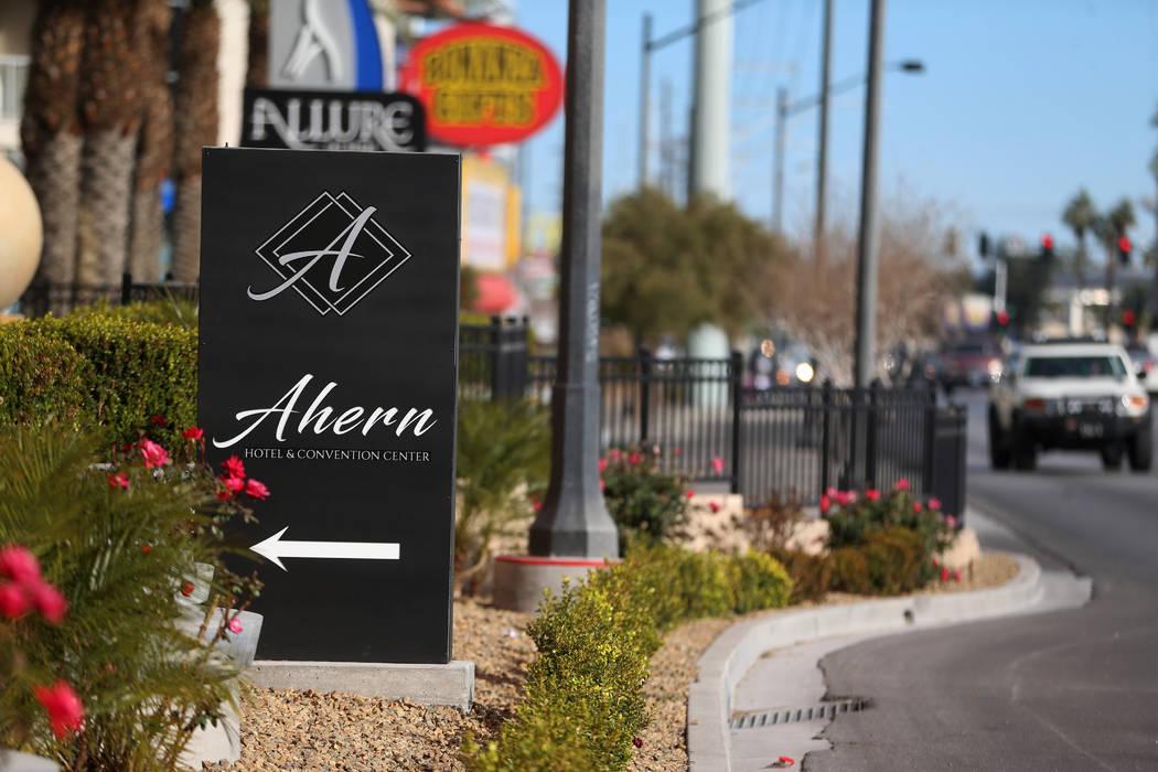 Señalización del Hotel y Centro de Convenciones Ahern, antes el Lucky Dragon, en Las Vegas el ...