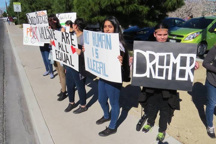 Decenas de estudiantes de la preparatoria Rancho realizaron una manifestación en las inmediaci ...