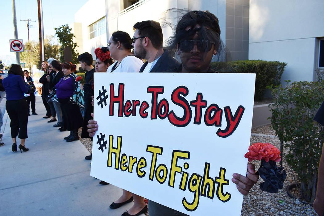 Distintas personas se unieron con pancartas para mostrar su apoyo a los beneficiarios de DACA. ...