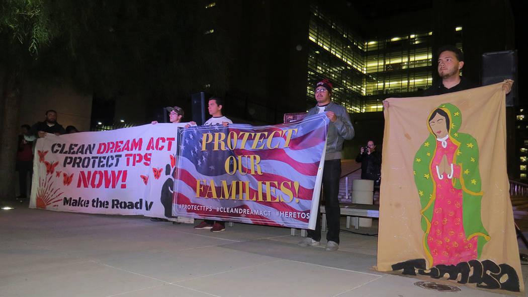 Decenas de personas se manifestaron a favor del Dream Act y del TPS. Miércoles 6 de diciembre ...