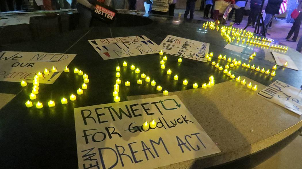 """Con objetos luminosos, los asistentes a la vigilia formaron las palabras """"DACA"""" y """"TPS"""" ..."""