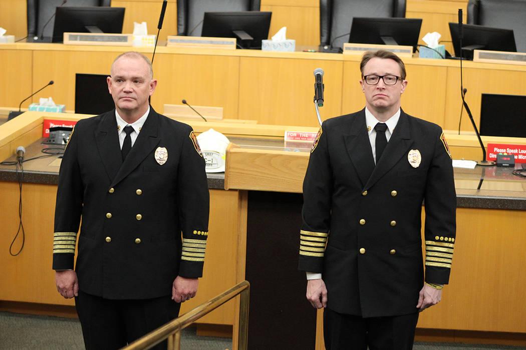 Cassell (izq.) inició como bombero en 1989, su sucesor al mando Steinbeck en 1990. Jueves 6 de ...