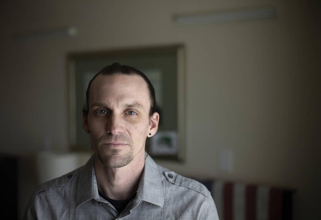 Joseph Riley posa para un retrato en su habitación en una de las instalaciones de la Fundació ...