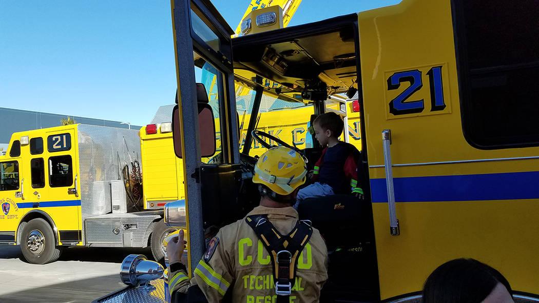 Los bomberos prepararon 200 hot dogs de cortesía para los asistentes. Sábado 8 de febrero de ...