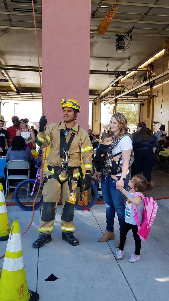 """Los diferentes cuerpos de bomberos en el Condado Clark, """"abren las puertas"""" de las estacion ..."""