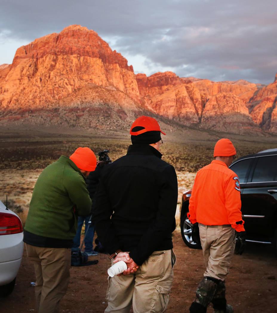 Los equipos de búsqueda y rescate están buscando a un excursionista desaparecido en el Área ...