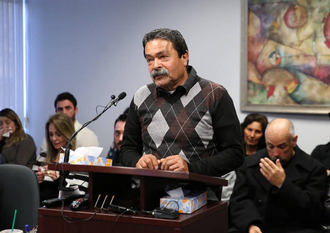 Luis Campos, padre de Luis Campos de 45 años, habla con la junta de libertad condicional oponi ...