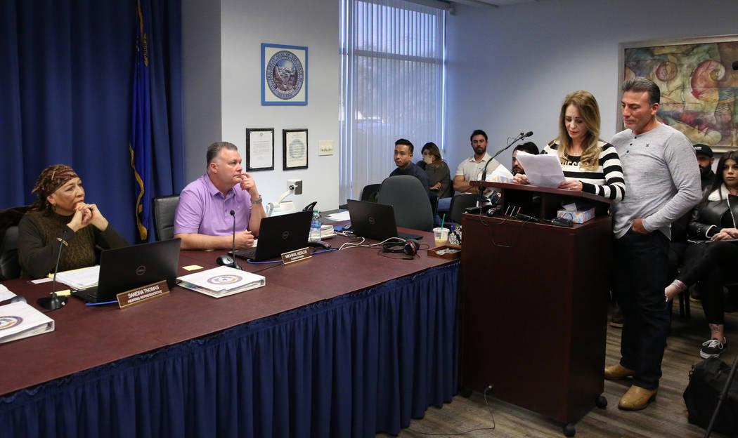 Joyce Garibay, segunda a la derecha, madre de Luis Campos de 45 años, lee su declaración a lo ...
