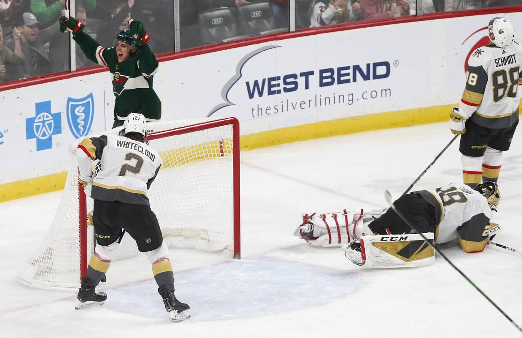 Joel Eriksson Ek de Minnesota Wild, arriba a la izquierda, celebra su gol en el primer tiempo d ...