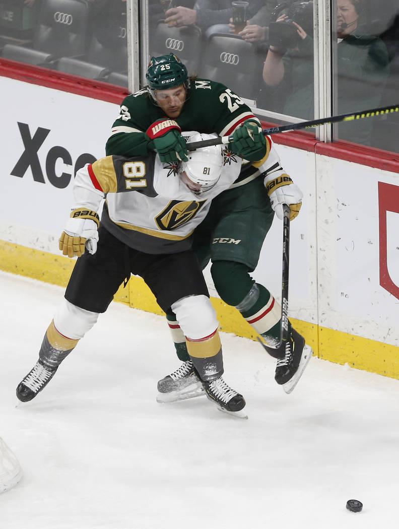 Jonas Brodin, de Minnesota Wild, y Jonathan Marchessault, de los Golden Knights de Las Vegas, l ...