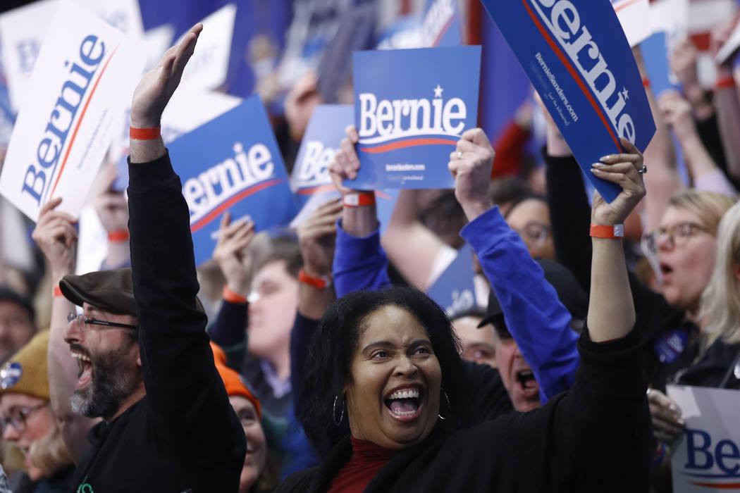 Partidarios aplauden en un mitin de elecciones primarias para el candidato presidencial demócr ...