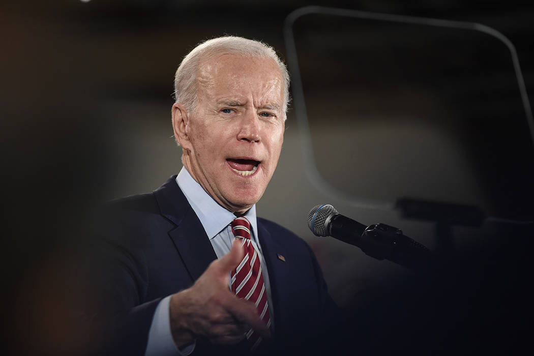 El contendiente presidencial demócrata, Joe Biden, habla con sus partidarios en un mitin elect ...