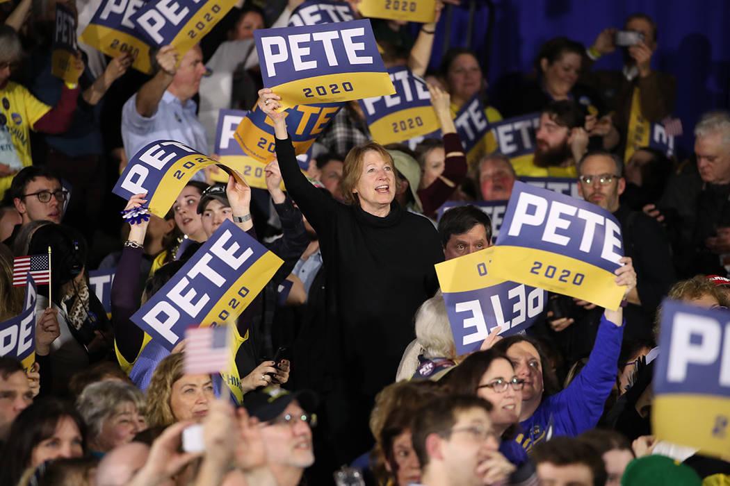 Los partidarios del candidato presidencial demócrata South Bend, Indiana, Pete Buttigieg aplau ...