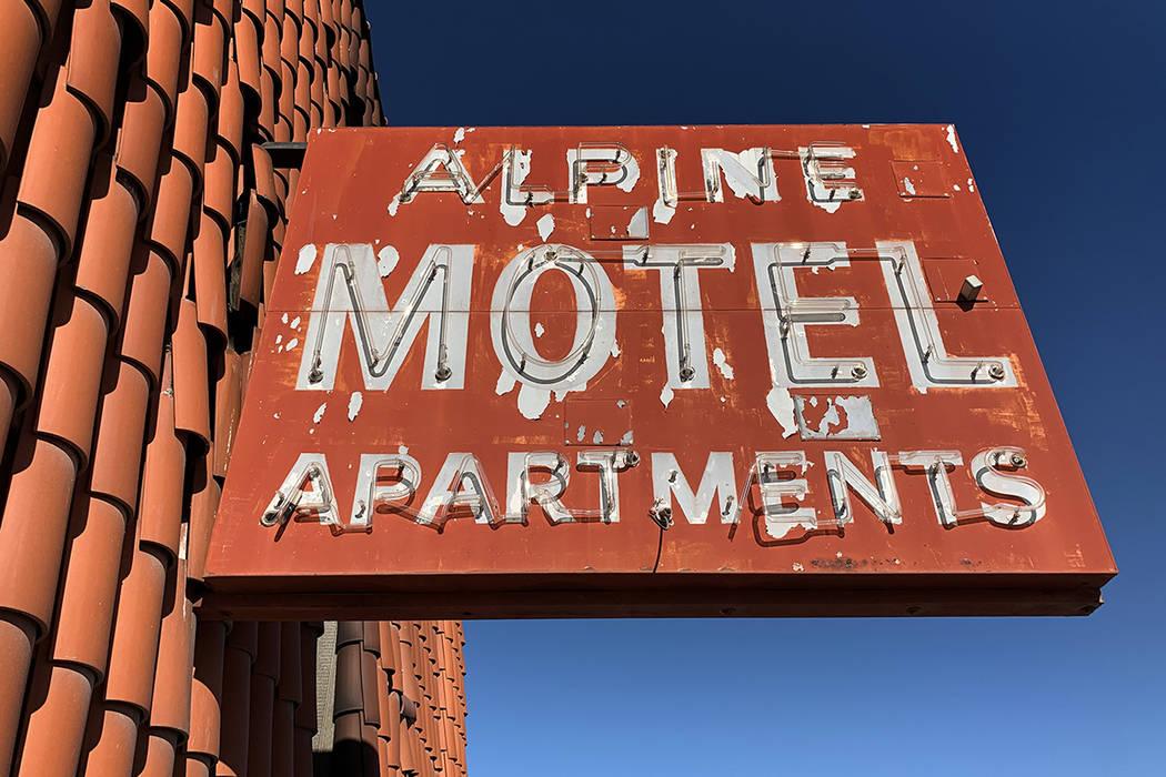 El letrero afuera de los apartamentos del Motel Alpine fotografiado el 9 de enero de 2020, en L ...