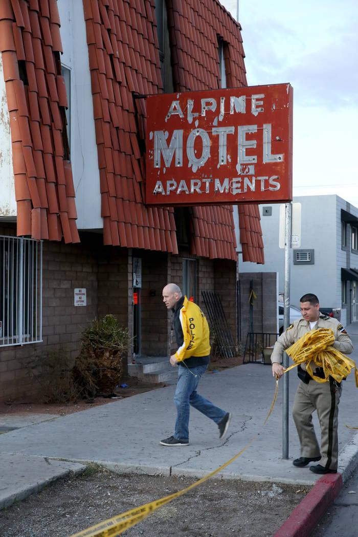 La policía de Las Vegas retira la cinta de la escena del crimen en los apartamentos del Motel ...