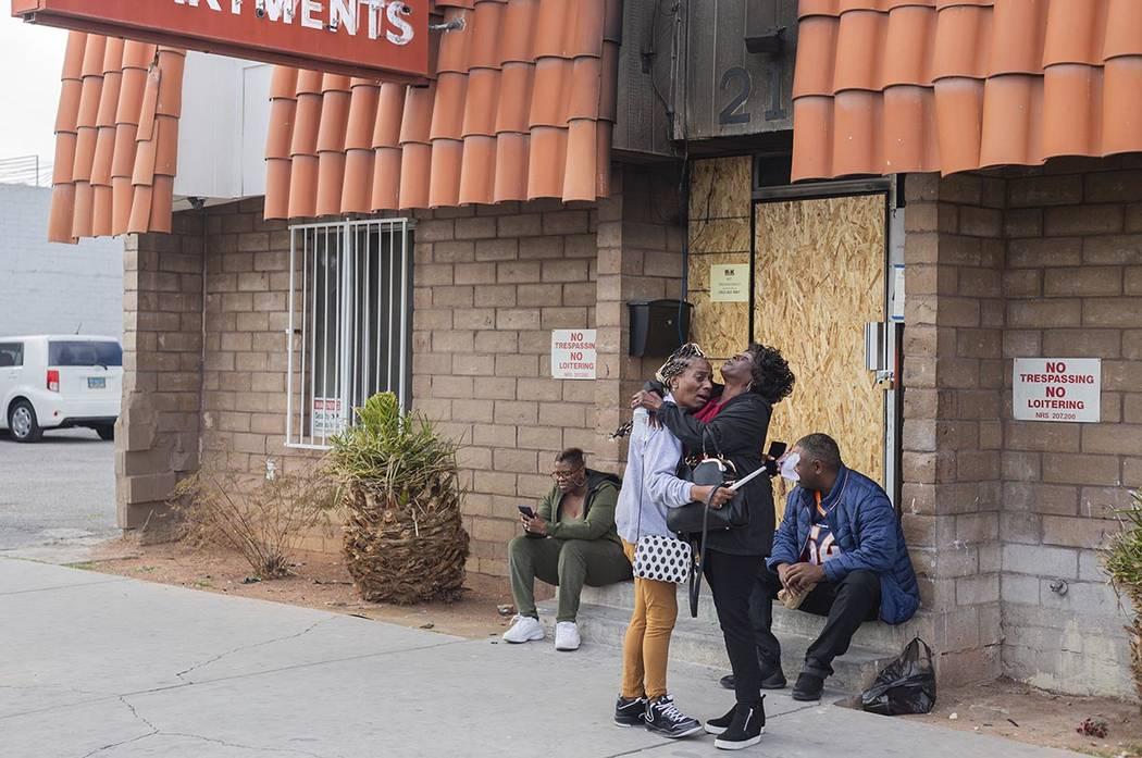 Inquilinos y empleados evacuados de los apartamentos del Motel Alpine de luto el martes, 21 de ...