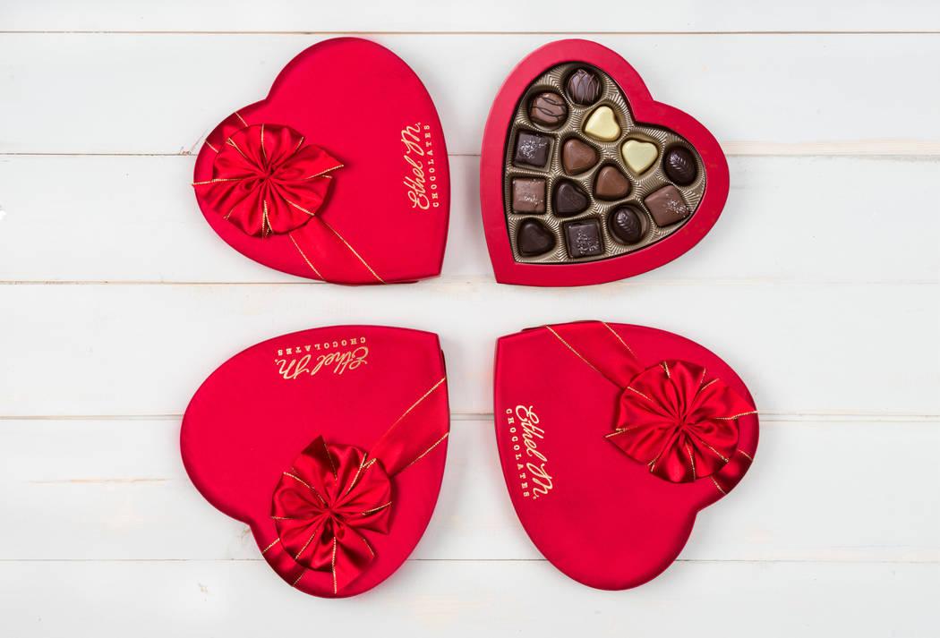 Las degustaciones de Ethel M para dos incluyen una caja de 14 piezas en forma de corazón. (Eth ...