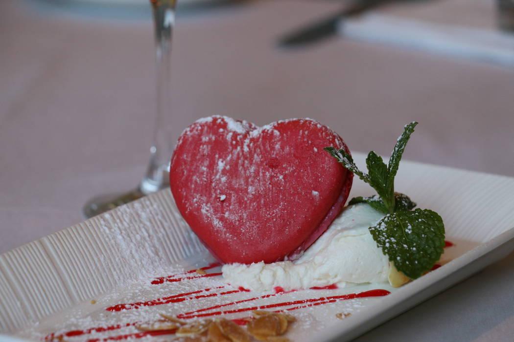 Macarrón en forma de corazón en Morels Steakhouse & Bistro (Morels Steakhouse & Bistro)