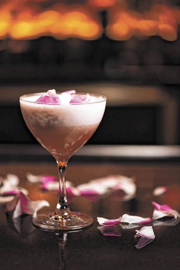 El Strawberry Blanc de Bardot Brasserie es decorado con pétalos de rosa. (Bardot Brasserie)