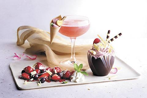 El Love Candy cocktail y mousse de chocolate blanco con frambuesas en Morton's. (Landry's)