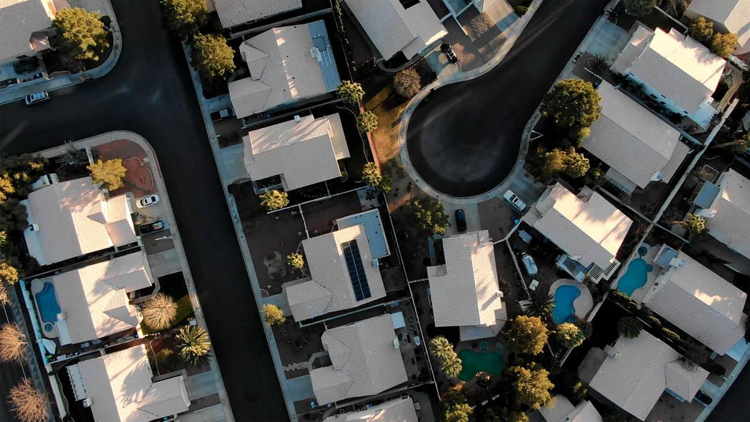 Vista aérea de las casas cerca de Raton Drive y Mescalero Trail en Henderson, Nevada el sábad ...