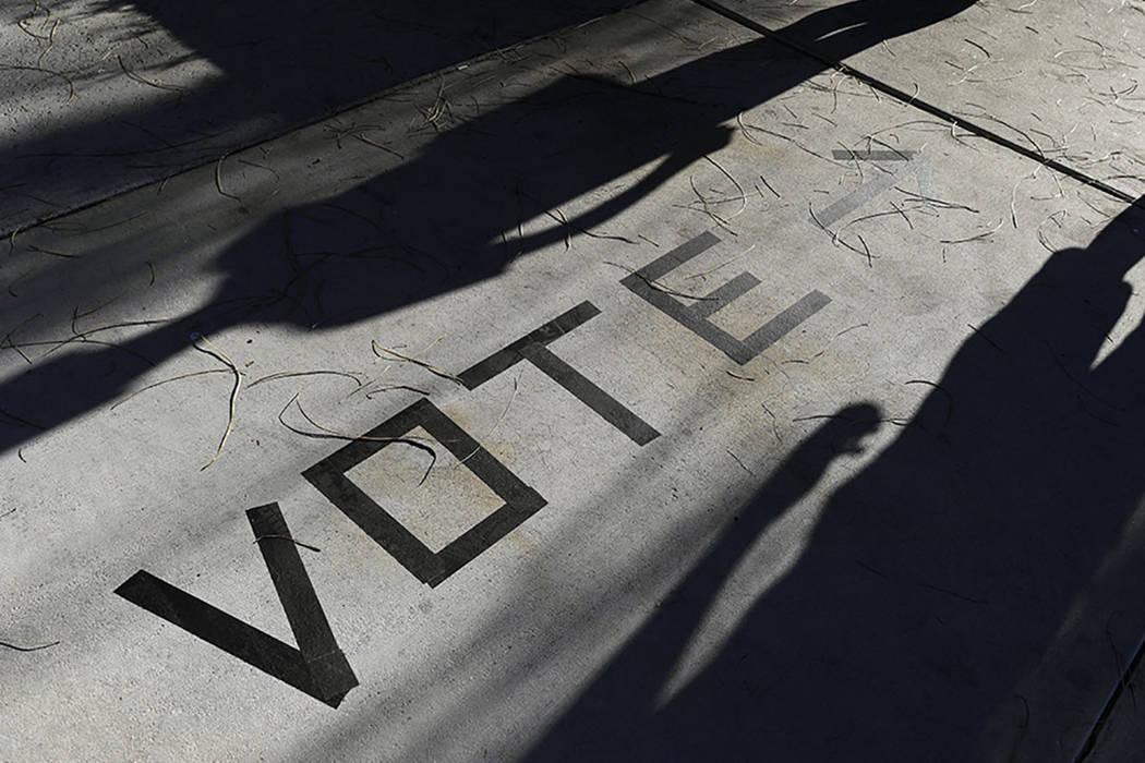 Los votantes se dirigen a las urnas en Enterprise Library en Las Vegas en noviembre de 2018. (A ...