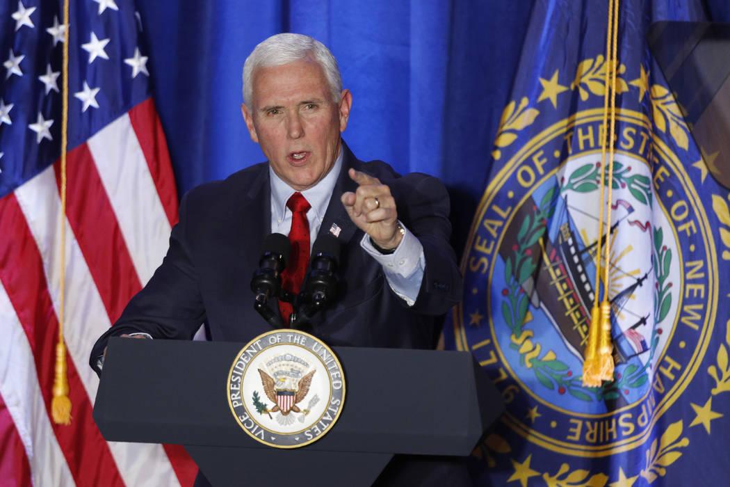 El vicepresidente Mike Pence habla en un mitin de la campaña Cops for Trump, el lunes 10 de fe ...