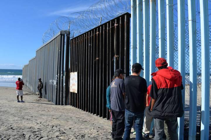 Archivo.- Migrantes observan el lado americano desde el Parque de la Amistad. Domingo 25 de nov ...