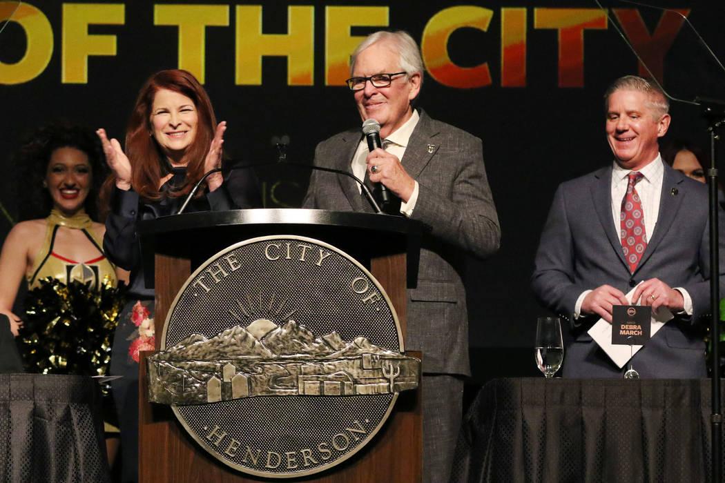 La alcaldesa de Henderson, Debra March, izquierda, aplaude al propietario de los Golden Knights ...