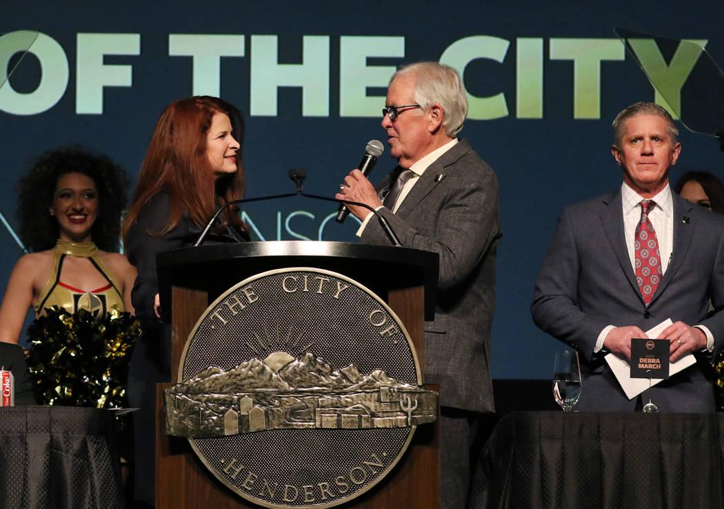 La alcaldesa de Henderson, Debra March, izquierda, escucha al propietario de los Golden Knights ...