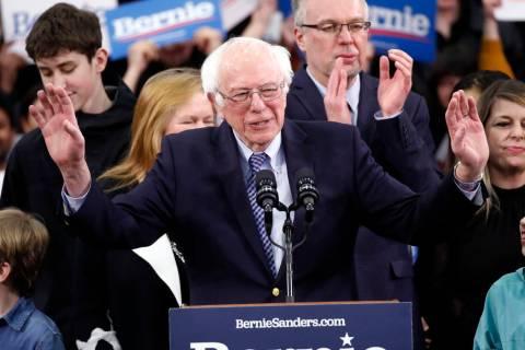 El candidato presidencial demócrata, el senador Bernie Sanders, I-Vt., habla con sus partidari ...