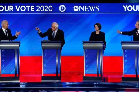 Desde la izquierda, los precandidatos presidenciales demócratas, el ex-vicepresidente Joe Bide ...