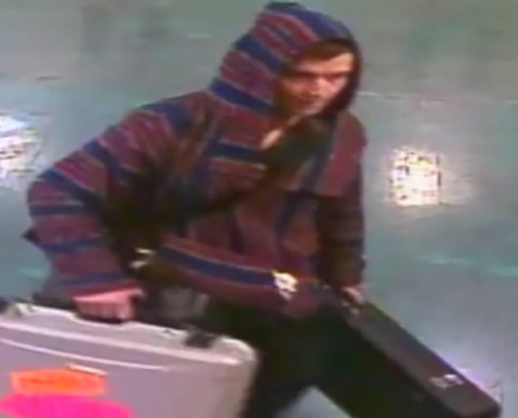 La policía está buscando ayuda para identificar y encontrar a un hombre que se llevó más de ...