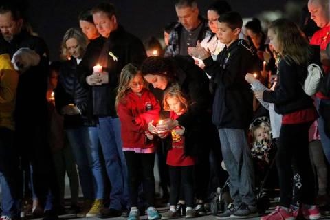 Docenas de padres y estudiantes sostienen velas durante un velorio en la Academia Somerset de N ...