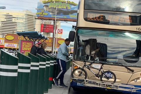 La gente se sube a un autobús en el Boulevard de Las Vegas cerca de la Avenida Sahara. (Mick A ...