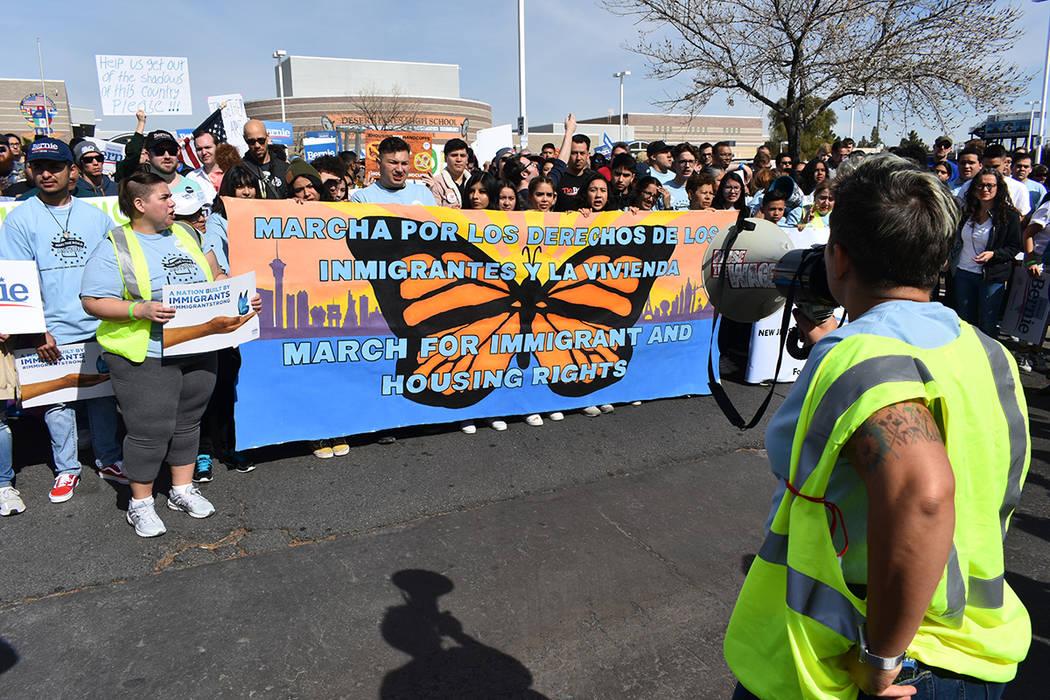 """La """"Marcha por los derechos inmigrantes y la vivienda"""" contó con la participación de cien ..."""