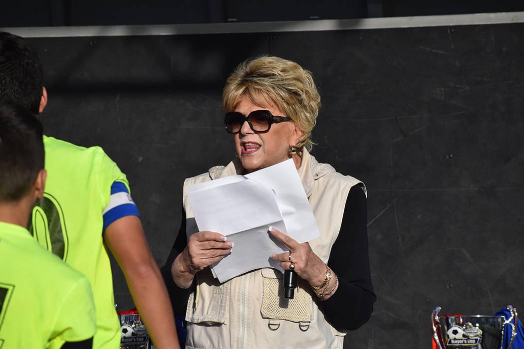 La alcaldesa de Las Vegas, Carolyn Goodman, se encargó de entregar los trofeos y medallas a lo ...