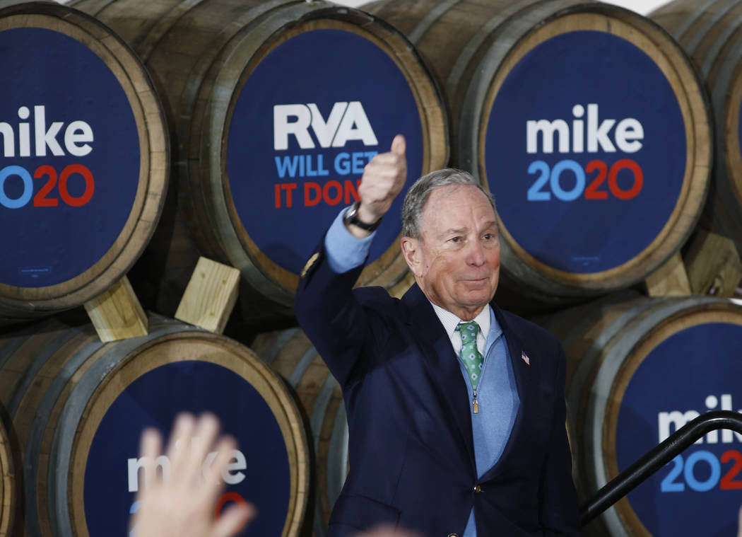 El candidato presidencial demócrata, Mike Bloomberg, levanta el pulgar después de hablar dura ...