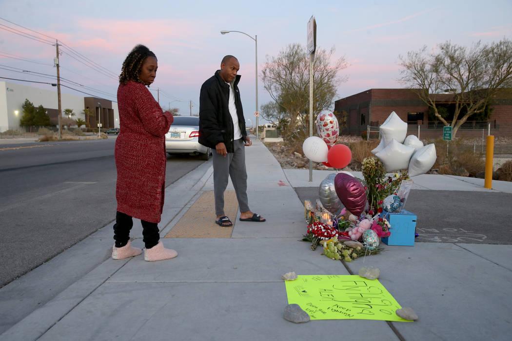 Michelle Johnson y Roy Simms de North Las Vegas presentan sus respetos el lunes, 17 de febrero ...