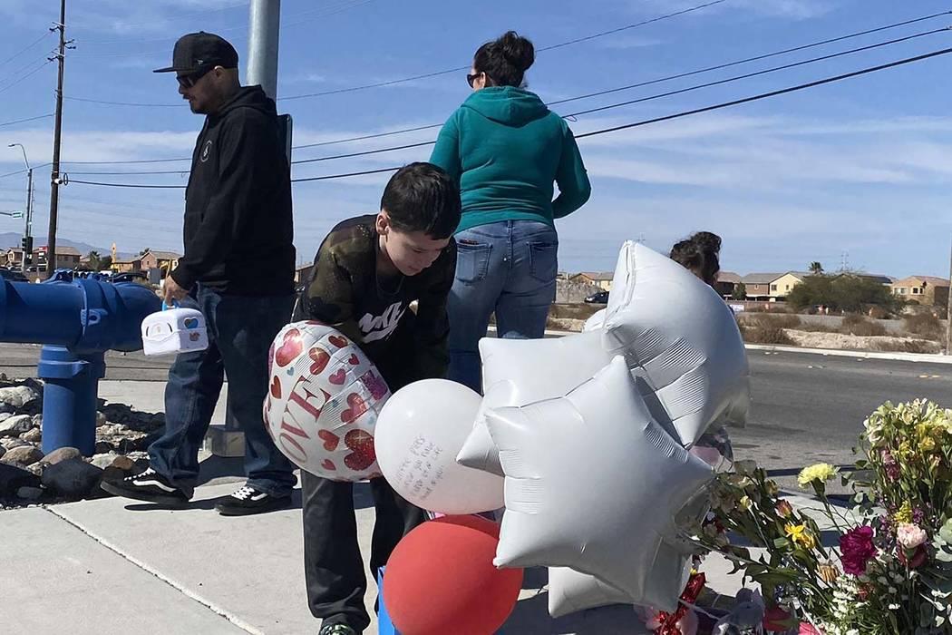 Aiden Maffett, de 10 años, deja un puck de hockey y una caja de superhéroe en memoria de Alex ...