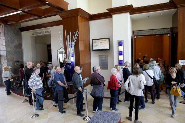 La gente hace fila para la votación anticipada en las asambleas demócratas de Nevada en el An ...