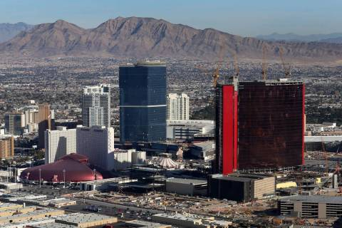 Una vista aérea de Drew Las Vegas, al centro, y Resorts World Las Vegas, derecha, desde el dir ...