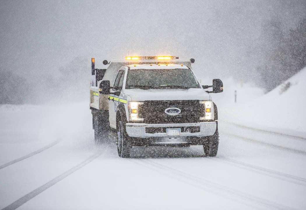 Un vehículo del Departamento de Transporte de Nevada conduce en la nieve en Mount Charleston e ...