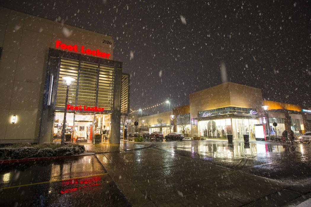 La nieve cae en el centro de Summerlin en Las Vegas el miércoles, 20 de febrero de 2019. (Chas ...