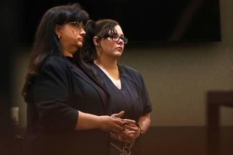 Cassie Smith, derecha, acusada en la muerte de su hijo de tres años, Daniel Theriot, escucha s ...