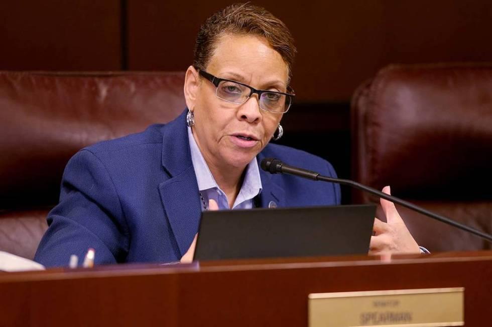 La senadora del estado de Nevada, Pat Spearman, demócrata por North Las Vegas, hace una pregun ...