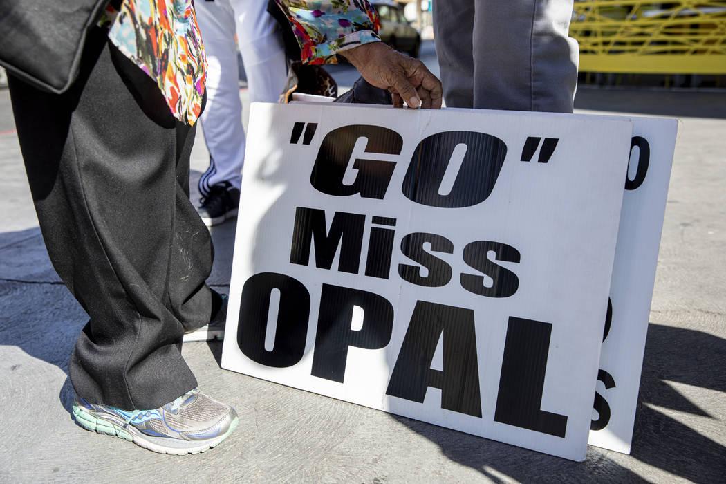 Opal Lee, de 93 años, de Fort Worth, Texas, consigue apoyo del público con estos carteles en ...