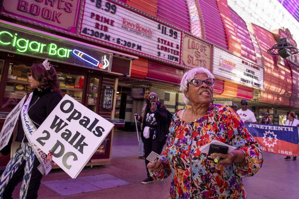 Opal Lee, de 93 años, de Fort Worth, Texas, camina por la Fremont Street Experience como parte ...